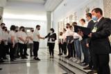 Krwiodawcy z chełmskiej szkoły na wycieczce w Sejmie. Zostali docenieni przez wiceministra MON. Zobacz zdjęcia