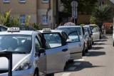 Brutalny napad na taksówkarza w Łodzi.  Napastnicy dusili go w aucie i wlewali alkohol do gardła