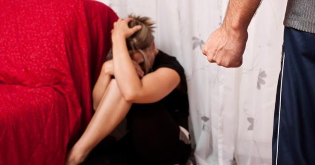 69-latek zmienił życie żony w koszmar.