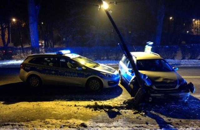 Bytom: pijany kierowca uciekał przed policjantami. Jego rajd zakończył się na... zderzeniu z latarnią.