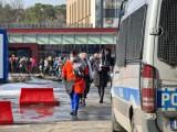"""Toruń. Szczepienia nauczycieli w asyście policji. Szpital: """"Nauczyciele odmówili opuszczenia budynku"""". Mamy zdjęcia"""