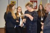 Władze powiatu doceniły młodych krwiodawców z tomaszowskich szkół średnich [ZDJĘCIA]