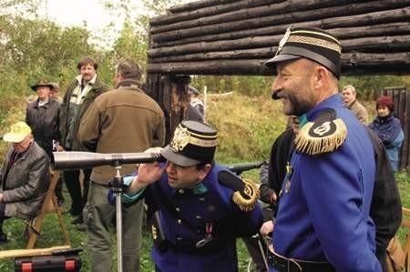 Mariusz Rychlik (z lewej) i Wiesław Ruman  z Cieszyńskiego Bractwa Kurkowego sprawdzają efekty strzelania kolegów. jacek rojkowski