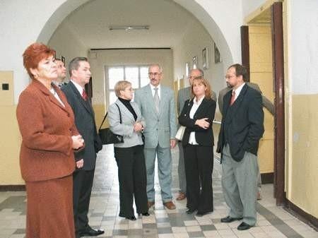 Kilka dni temu władze powiatu (z lewej starosta Bożena Respondek) oraz Częstochowskiej Politechniki (w środku w szarym garniturze dziekan Janusz Szopa) oglądały pomieszczenia filii.