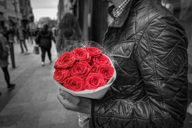 Kobiety uwielbiają być obdarowywane kwiatami i to właśnie ta forma prezentu jest najpopularniejsza niemal na całym świecie. Nie tylko w Dzień Kobiet do kwiaciarni ustawiają się długie kolejki. Jednak nie każdy wie, że do wyboru kwiatów trzeba podejść z dużą odpowiedzialnością, bowiem ich kolory mają szczególne znaczenie.