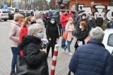 Wielkie tłumy, awantura i wyzwiska pod Centrum Medycznym Zdrowie w Kielcach! Interweniowała policja [ZDJĘCIA, FILM]
