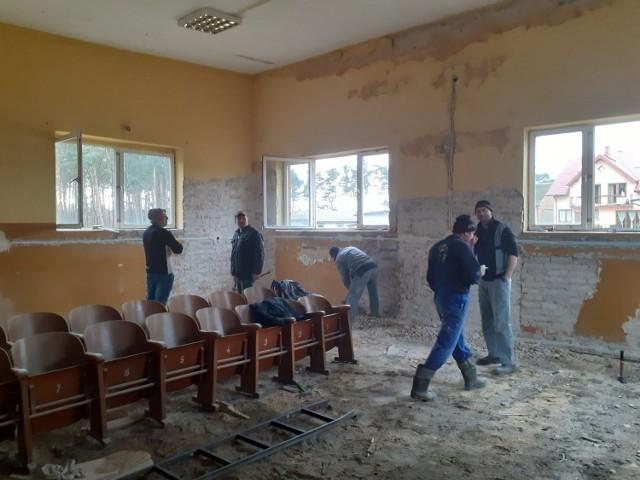 Gminy Pęczniew, Dalików i Uniejów będą termomodernizować budynki dzięki unijnemu dofinansowaniu. Dzięki wsparciu mieszkańców, prace w tej ostatniej, (OSP Góra) rozpoczęły się jeszcze przed podpisaniem umowy.