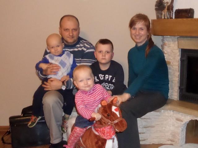Filip Mordarski z rodzicami j rodzeństwem