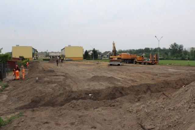 Trawiasta murawa w Wabczu powstaje w miejscu byłej strzelnicy. Ma służyć piłkarzom z lokalnego klubu i mieszkańcom.