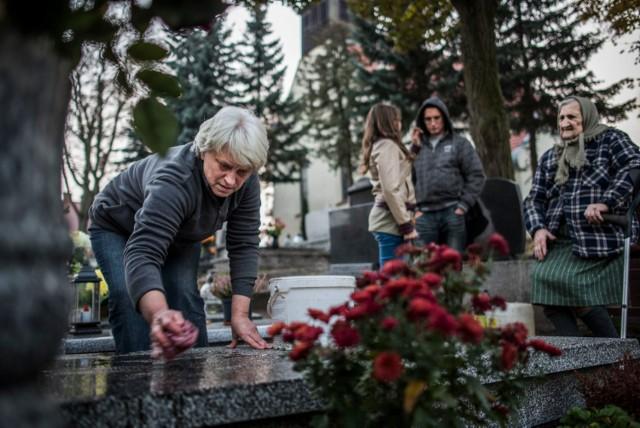 Przygotowania i porządki na cmentarzach przed Zaduszkami [ZDJĘCIA]