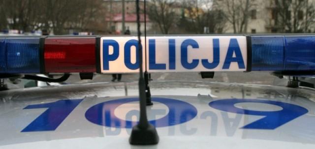 50 policjantów przeszukuje tereny leśne i pobliskie łąki, gdzie ...