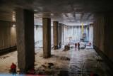 Budowa metra na Bródnie. Bomby, woda, tramwaje i inne trudności podczas prac. Zobaczcie fotorelację