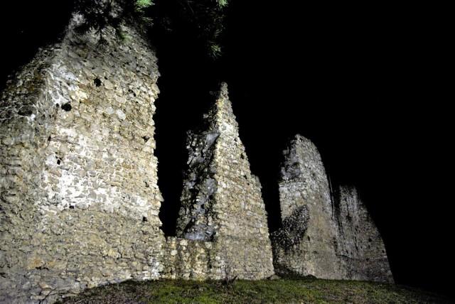 Ruiny zamku w Bydlinie prezentują się atrakcyjnie wieczorową porą.