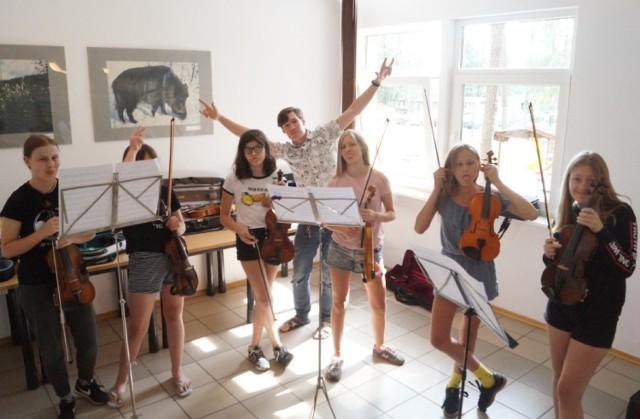 Wakacje Muzyczne z Pasją w Bachotku trwają od 15 do 27 sierpnia 2021 r. Bierze w nich udział zdolna młodzież z województwa kujawsko-pomorskiego, na co dzień uczęszczająca do szkół muzycznych w klasie skrzypiec, altówki i wiolonczeli