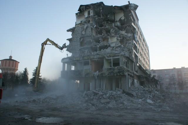 """Wyburzanie hotelu """"Prosna"""" w Kaliszu"""