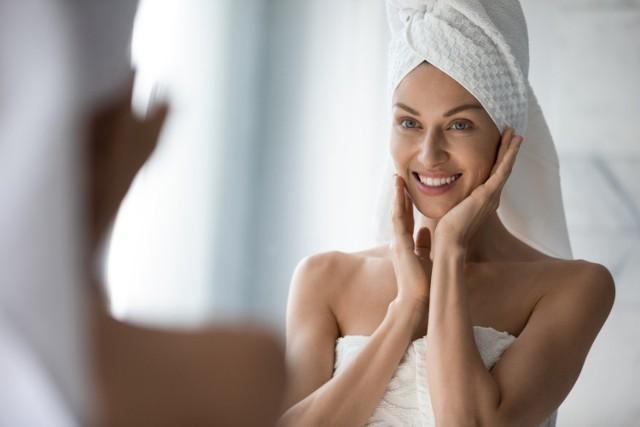 Każdy rodzaj cery potrzebuje nawilżania – i żaden kosmetyk nie sprawdzi się tu lepiej niż nowoczesne serum do twarzy w postaci żelu.   Serum nawilżające do twarzy to kosmetyk, który ma większe stężenie składników nawilżających niż krem do twarzy. Stosowany wraz z nim skutecznie zapobiega wysychaniu zewnętrznych warstw skóry. Dzięki temu poprawia wygląd zwłaszcza suchej cery po nałożeniu makijażu.   Oto najskuteczniejsze związki, jakie powinno mieć w swoim składzie dobre serum nawilżające – a najlepiej, jeśli zawiera kilka z nich naraz!   Zobacz kolejne slajdy, przesuwając zdjęcia w prawo, naciśnij strzałkę lub przycisk NASTĘPNE.