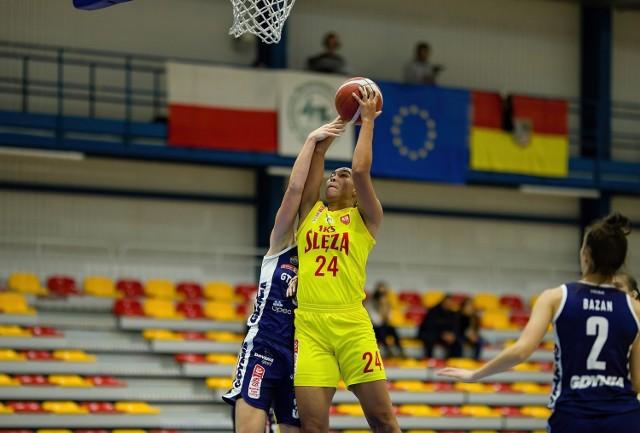 Stephanie Jones (z piłką) w tamtym sezonie grała dla Ślęzy Wrocław