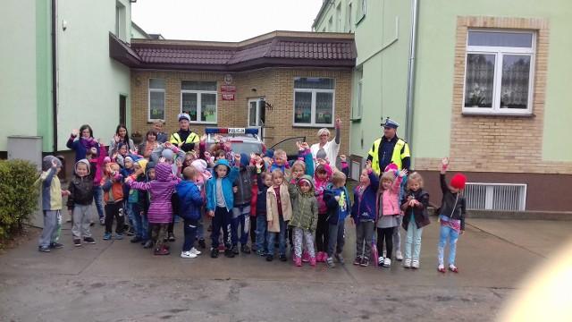 Uczniowie ze Szkoły Podstawowej w Kolnie podczas spotkania z policjantami dostały odblaski i obiecały, że zawsze będą je zabierać.