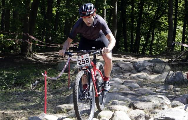 Przy dobrej pogodzie zawodnicy Ligi MTB XC pokonywali trudną trasę dla rowerów górskich przygotowaną na Skarpie Strzemięcińskiej w Grudziądzu.