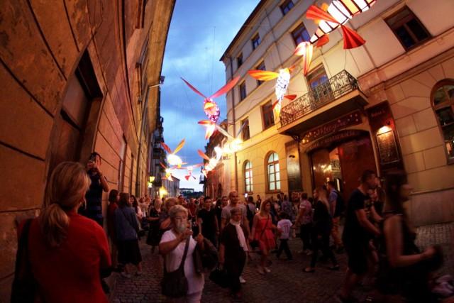 W Lublinie - Noc Kultury  MiastOpowieść to hasło tegorocznej Nocy Kultury, która kolejny raz zawładnie Lublinem w nocy z 1 na 2 czerwca. Przed nami koncerty, wystawy, warsztaty, teatr, taniec, a nawet sport. Wstęp na wszystkie wydarzenia Nocy Kultury jak co roku jest bezpłatny. Niekóre z propozycji programowych wymagały jednak wcześniejszej rezerwacji miejsc i  rozeszły się w mgnieniu oka.   Noc Kultury wystartuje w sobotę o godz. 19.00.