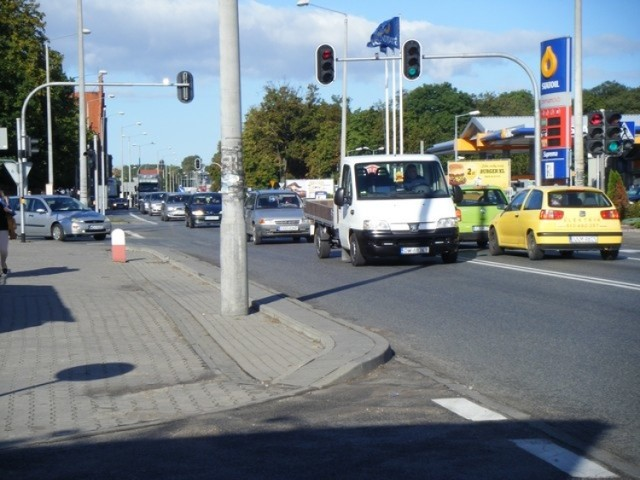 Skrzyżowanie przy ulicy Sądowej nadal wielu kierowcom sprawia dość duże problemy. Kierowcy muszą przyzwyczaić się do uruchomionej ponownie sygnalizacji świetlnej. Niestety, wciąż nie funkcjonuje ona poprawnie