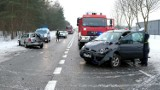 Zderzenie trzech samochodów na drodze krajowej 22 koło Rychnów. Dwie osoby trafiły do szpitala
