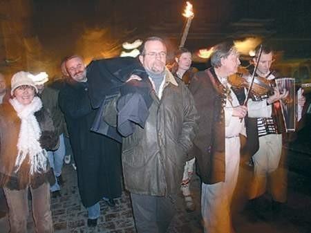 Kondukt z kontrabasem przeszedł ze Starego Targu na Rynek. Na jego czele maszerowali muzykanci i ludzie z pochodniami. Zdjęcia: Wojciech Trzcionka