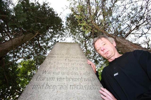Cmentarz Czcicieli Słońca w Szklarskiej Porębie. Jego zagadkę stara się wyjaśnić dr Przemysław Wiater.
