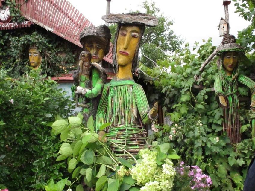 Wałbrzych: Działka strzeżona przez rzeźby (zdjęcia)