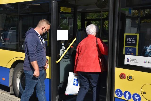 Niektórymi z autobusami jeździło kilka, a nawet kilkanaście osób więcej niż powinno.  Przekroczenia najczęściej zdarzały się na liniach nr 30, 9 i 44 - zwłaszcza w godzinach  szczytu