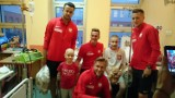 Poznań: Piłkarze reprezentacji Polski odwiedzili dzieci ze szkoły szpitalnej