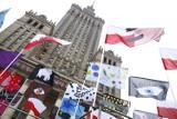 Las kolorowych flag pod Pałacem Kultury. Każda została uszyta przez inną osobę