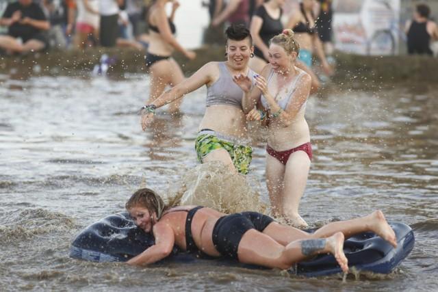 Kąpiel w błocie Pol'and'Rock 2018. Błotne zabawy na dawnym Woodstocku. Tak festiwalowicze radzą sobie z upałami [ZDJĘCIA]