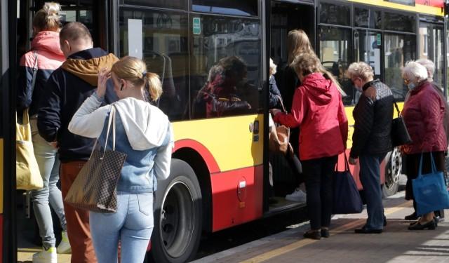 O założeniu maseczki w autobusie zwykle pamiętają seniorzy. Młodzież z reguły tym nakazem się nie przejmuje