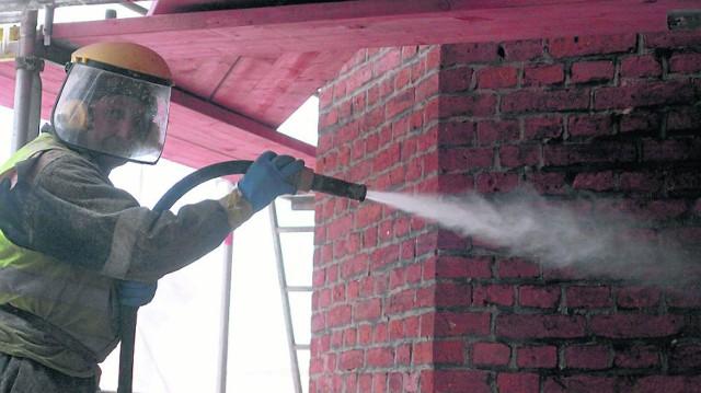 Czyszczenie cegły wodą sprawia, że pozostaje ona surowa i niezbyt gładka, za to klimatyczna