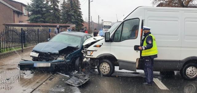 Bus uderzył w Małkowie w Skodę Octavię