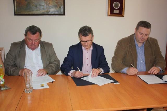 Umowę na remont dróg podpisali (od lewej): Dariusz Śliwiński, starosta Zdzisław Gamański i Piotr Horst, wiceprezes Eurovia