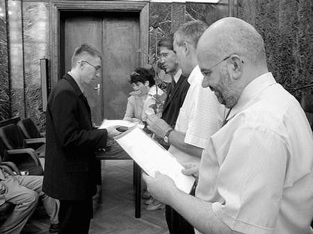 Nagrodę odbiera Jacek Nowak, maturzysta z II LO im. J. Ligonia.  Foto: MAGDALENA CHAŁUPKA