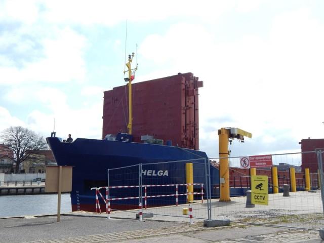 """Do usteckiego portu mogą wpływać statki o maksymalnej długości 80 metrów. Cargo, 79-metrowa """"Helga"""", która odwiedziła Ustkę w sobotę z ładunkiem kruszywa, jest jednym z największych, jaki może tu wpłynąć. Po przebudowie do portu zawitają 200-metrowe jednostki."""
