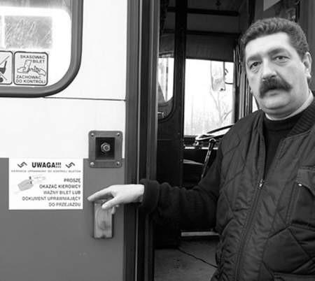 Dariusz Ścieślicki, jest kierowcą, który sprawdza bilety pasażerom.