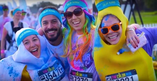 """Dębowy Maj Festiwal 2017 zbliża się wielkimi krokami. W tym roku będzie nie tylko aktywnie i sportowo, ale również kolorowo i artystycznie.   Ruszymy już w sobotę 29 kwietnia, który będzie dniem pełnym kolorów. Wszystko za sprawą The ColorRun, który przez znawców tematu nazywany jest też """"najszczęśliwszymi 5 km na świecie""""! O co chodzi? O dobrą zabawę, sportową rywalizację i wszechobecny kolorowy proszek wywołujący uśmiech na twarzy. Startujemy o 14:00 w biegowym miasteczku przy molo nad Pogorią III.   CZYTAJ CAŁY PROGRAM:  Dębowy Maj Festiwal 2017: liczne atrakcje i niespodzianki [PROGRAM]"""