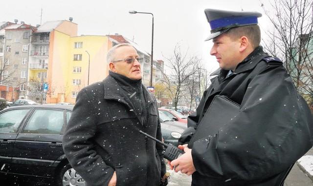 """Franciszek Zięba (od lewej) jest jednym z liderów programu """"Wspólne osiedla """" w Bełchatowie. Problemy w swoim regionie omawia z dzielnicowym Stanisławem Jabłońskim. Uważa, iż takie działania mogą spowodować, że będzie bezpieczniej"""