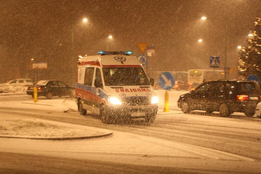 DK 87. Auta rozbite w zderzeniu zablokowały drogę na Słowację. Jedna osoba trafiła do szpitala