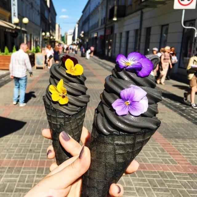 Prawdziwą furorę robią czarne lody. W Warszawie znajdziemy je w Sweet Corner (Chmielna 20). Do ich produkcji używa się mleka od ekologicznych dostawców. A skąd ich czarny kolor? Odpowiada za nie aktywny węgiel z kokosa. Nie dość, że są pyszne podobno...wybielają zęby. Za dużą porcję zapłacimy 10 zł.