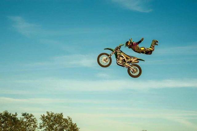 W piątek motocyklista-kaskader przeskoczy nad fontanną na Rynku! Musisz to zobaczyć!