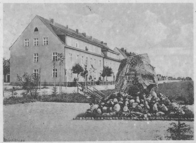 Pomnik ku pamięci nieznanego SA-mana ustawiony przy ulicy Wielkopolskiej. Usunięty po zakończeniu II wojny światowej.