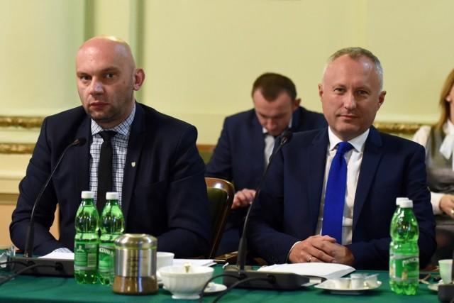 Radni zobowiązali prezydenta Ludomira Handzla (po prawej) do przedstawienia sytuacji finansowej i strategii rozwoju spółki MKS Sandecja S.A.