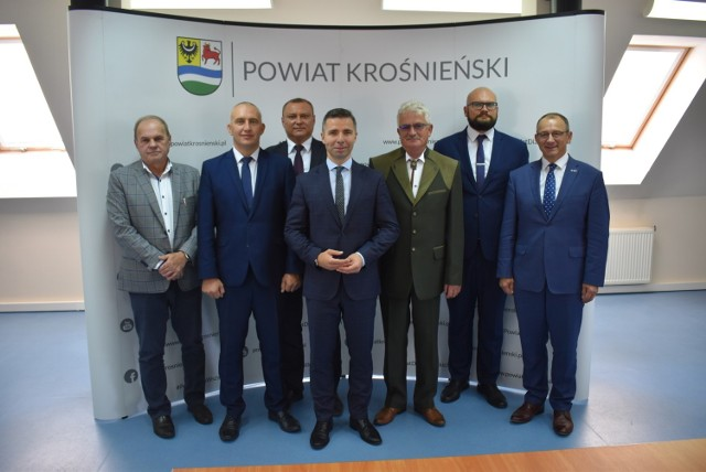 W czwartek, 24 września została podpisana umowa przez wójtów i burmistrzów powiatu krośnieńskiego, na mocy której samorządy wezmą udział w projekcie pilotażowym Centrum Wsparcia Doradczego.