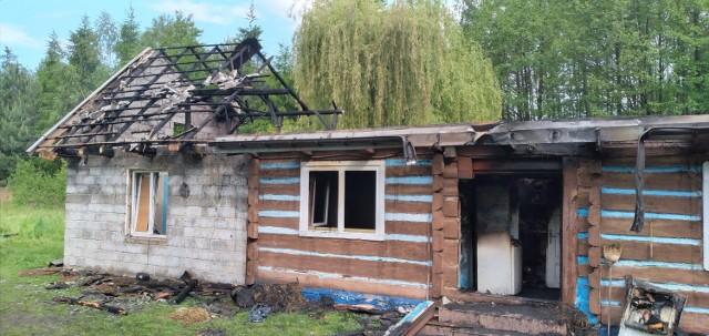 Drewniano-murowany dom mieszkanek Dąbrówki spłonął w pożarze 27 maja, dzięki ofiarności ludzi dobrej woli pani Józefa i jej córka mają szansę wrócić do niego przed zimą