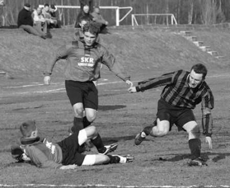 Piłkarze Tęczy Błędów (jaśniejsze stroje) walczyli do upadłego, co przyniosło im sukces.